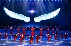 Витайте вверх в небо с одним старт-моложавым витать-современным танцем стоковое изображение