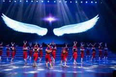 Витайте вверх в небо с одним старт-моложавым витать-современным танцем стоковая фотография rf