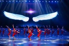 Витайте вверх в небо с одним старт-моложавым витать-современным танцем стоковые изображения rf