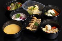 Витамины, macronutrients и минералы в свойственном питании, сбалансированной диете в пищевых контейнерах eco, супер еде стоковая фотография rf