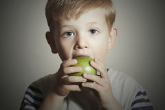 витамин еда ребенка яблока Мальчик с зеленым яблоком белизна студии макроса здоровья еды хлопьев мозоли предпосылки плодоовощи Стоковая Фотография