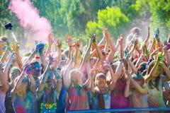 Витебск, Беларусь - 4-ое июля 2015: Бросая цвет на фестивале цвета Holi Стоковые Фото