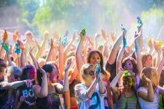 Витебск, Беларусь - 4-ое июля 2015: Бросая цвет на фестивале цвета Holi Стоковые Изображения