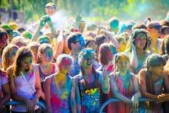Витебск, Беларусь - 4-ое июля 2015: Бросая цвет на фестивале цвета Holi Стоковое Изображение RF