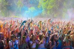 Витебск, Беларусь - 4-ое июля 2015: Бросая цвет на фестивале цвета Holi Стоковые Изображения RF
