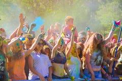 Витебск, Беларусь - 4-ое июля 2015: Бросая цвет на фестивале цвета Holi Стоковая Фотография RF