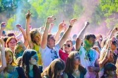 Витебск, Беларусь - 4-ое июля 2015: Бросая цвет на фестивале цвета Holi Стоковое Изображение