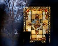 Витраж с христианским крестом стоковое фото rf
