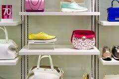 Витрина магазина моды с сумками и ботинками стоковое изображение