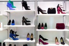 Витрина магазина моды с сумками и ботинками стоковая фотография