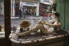 Витрина магазина шоколада с ванной внутрь В шоколаде ванна сидит манекен в купальнике сделанном из шоколада Стоковые Изображения