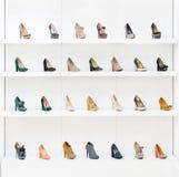 Витрина при женские ботинки устанавливая в ряд Стоковое Изображение RF