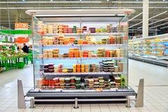 Витрина солениь и законсервированных овощей в автомобиле гипермаркета Стоковое Фото