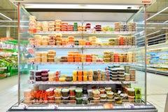 Витрина солениь и законсервированных овощей в Carousel магазина Стоковое Фото