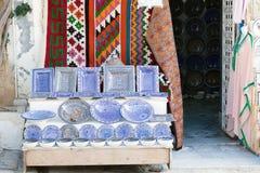 Витрина сувенирного магазина с покрашенными плитами блюд Стоковые Фото