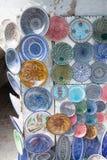 Витрина сувенирного магазина с покрашенными плитами блюд Стоковая Фотография RF