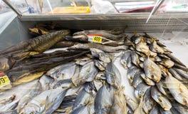 Витрина с вкусными различными высушенными рыбами в гипермаркете стоковые фото