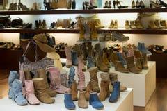 Витрина с женскими ботинками на магазине Стоковое Фото
