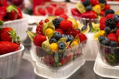 Витрина с набором готовым для того чтобы пойти с разными видами очень вкусных ягод Поленика, клубника, голубика, физалис стоковые фото
