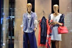 Витрина с новым собранием одежды ` s женщин стоковая фотография