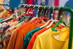 Витрина с платьями в магазине с одеждами Стоковые Изображения RF