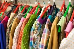 Витрина с платьями в магазине с одеждами Стоковое Изображение