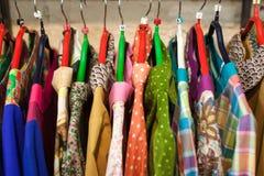 Витрина с платьями в магазине с одеждами Стоковые Фотографии RF