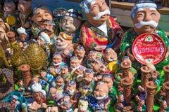 Витрина с узбекскими сувенирами, керамическими figurines людей Стоковые Изображения RF