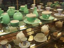 Витрина с чашками стоковые изображения rf