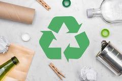 вихруны мира eco принципиальной схемы Символ утилизации отходов с отбросом на камне Стоковые Изображения