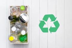 вихруны мира eco принципиальной схемы Символ утилизации отходов с отбросом на камне Стоковое Изображение