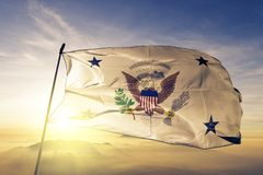 Вице-президент ткани ткани ткани флага Соединенных Штатов развевая на верхнем тумане тумана восхода солнца стоковые изображения