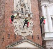 Виченца, Италия - 4-ое декабря 2015: пожарные во время управления a Стоковые Фотографии RF