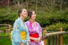 Вишневый цвет счастливых азиатских девушек sightseeing Стоковая Фотография