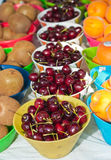 Вишни Бинга, персики и киви для продажи Стоковое Фото