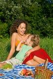 вишни едят женщин девушки маленьких сладостных молодых стоковое фото