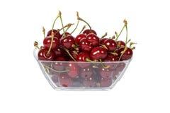 Вишни зрелые, свежая изолированная на белой предпосылке Красный цвет вишни зрелый на белизне Свежая вишня в стеклянном шаре на бе Стоковая Фотография RF