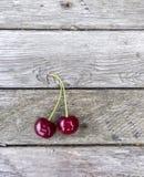 Вишни на деревянной предпосылке Красная ягода на текстуре Стоковое фото RF