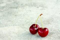 2 вишни на серой предпосылке Стоковое Изображение