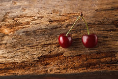 2 вишни на старой деревянной доске Стоковые Фотографии RF