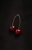 2 вишни на черной предпосылке Стоковое Изображение