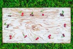 Вишни обрамляют на белой доске Стоковая Фотография