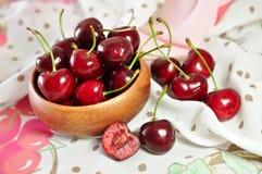 вишни одна белизна плиты сладостная стоковое изображение rf