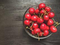 вишни одна белизна плиты сладостная Стоковая Фотография