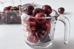 вишни одна белизна плиты сладостная Стоковое Фото