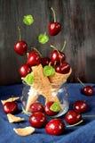 Вишни падая в конусы waffle Стоковое Фото