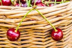 2 вишни пирога вися на плетеной корзине Стоковое Изображение