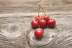 вишни ставят деревянное на обсуждение Стоковые Изображения