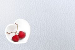 Вишни Чили и в форме Сердц кружка на дерюге Стоковая Фотография RF
