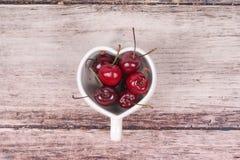 Вишни Чили и в форме Сердц кружка на деревянном Стоковые Фотографии RF